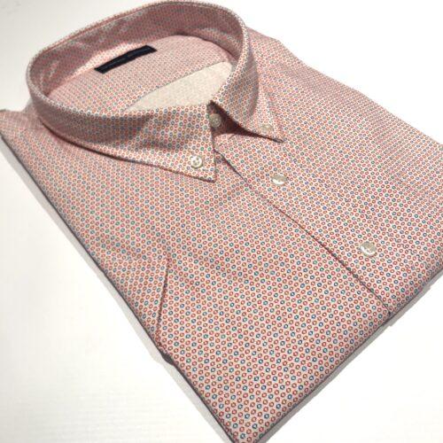 Camisa manga corta estampa rojo y azul.